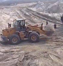 铲车在沙坑装沙