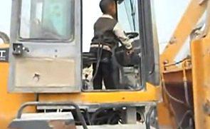 逆天5岁男童熟练开铲车作业