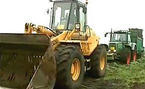 拖拉机陷泥坑 铲车来帮忙