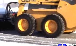 GEHL滑移附带开放式清扫器-除雪施工表演