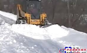 GEHL滑移附带V形推雪板附具施工表演