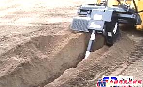 GEHL滑移带开沟器附具施工表演