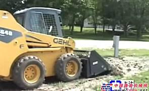 GEHL滑移附带自动倾翻铲斗附具施工表演