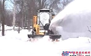 美国GEHL滑移附带吹雪器附具施工表演