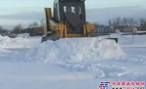 GEHL滑移附带推雪板附具施工表演
