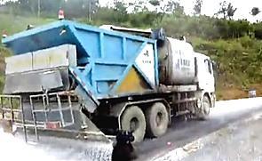 奥邦同步碎石封层车现场施工视频