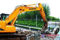 龙工挖掘机助力道路天桥拆除