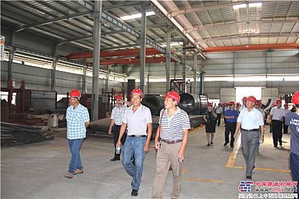 客戶走進鐵拓機械工廠進行參觀
