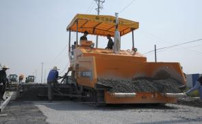 华通动力WTS95型摊铺机巢湖施工现场