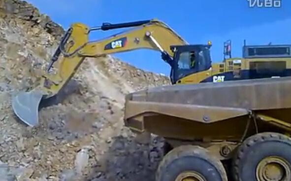 CAT卡特365C挖掘机在装车