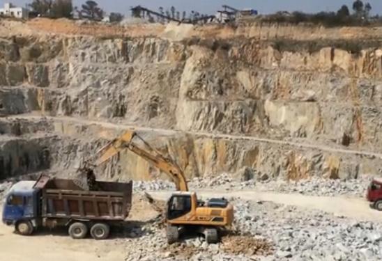 柳工挖掘机石场工作时间超7000小时