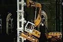 惊险!挖掘机爬铁塔表演