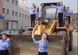 美女在柳工装载机上跳小苹果