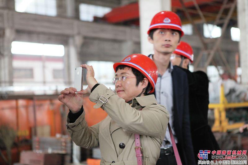 北京加隆工程機械有限公司總經理拍照留念