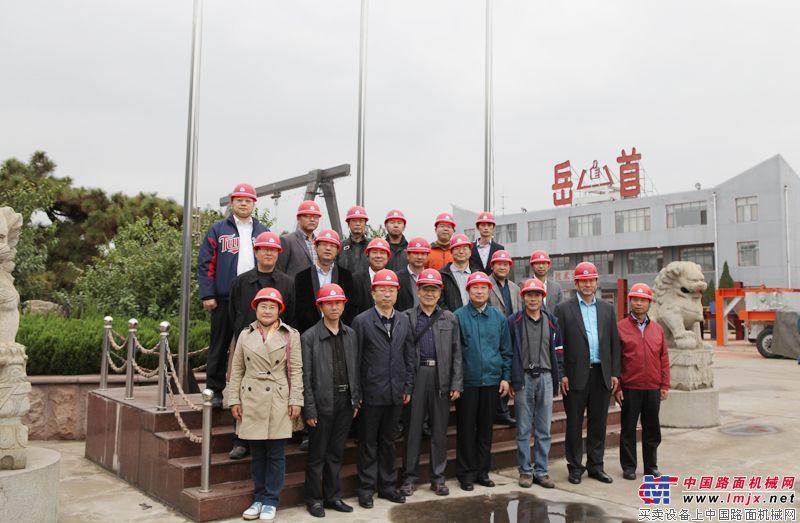 參會嘉賓在泰安岳首工廠內合影留念