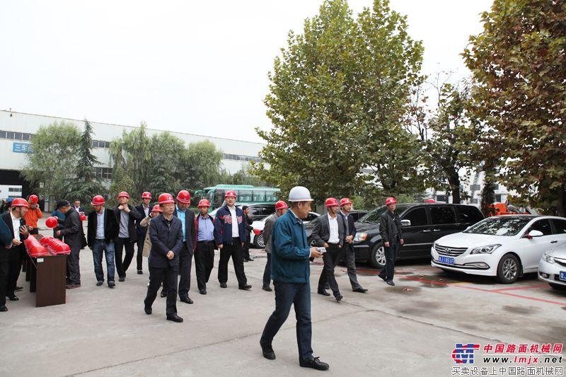 參會嘉賓在引領下參觀泰安岳首工廠