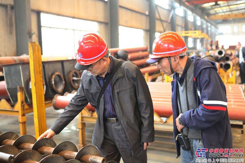工程機械工業協會筑路機械分會名譽會長姬光才與會長孫軍杰觀摩設備制造情況