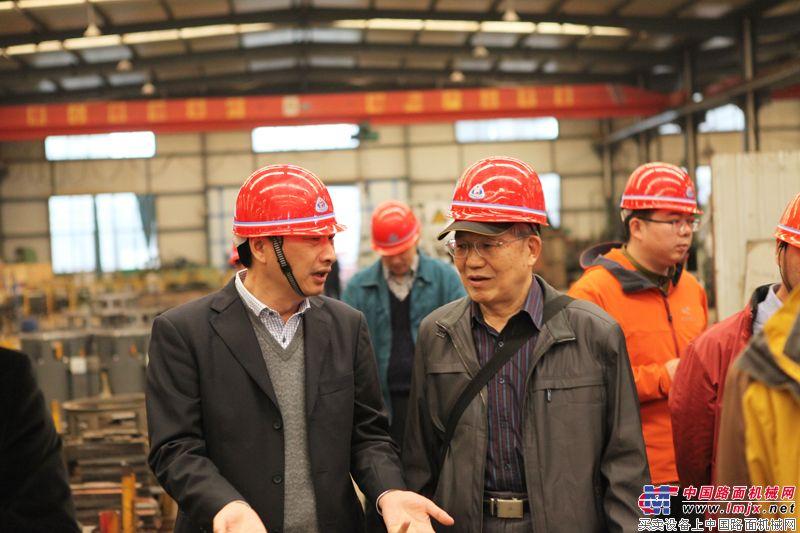 中國工程機械工業協會筑路機械分會名譽會長姬光才與華通動力公司總裁進行討論
