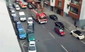 看看欧洲人怎么给消防车让路的!