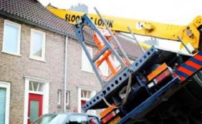 用起重机浪漫求婚 邻居家屋顶遭了殃