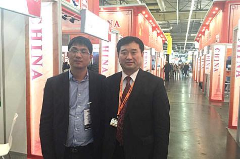 中国工程机械工业协会秘书长苏子孟和中国路面机械网总经理方剑仙合影