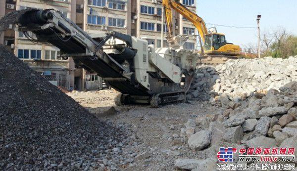 特雷克斯南方路机履带移动反击式破碎机建筑垃圾资源化利用案例