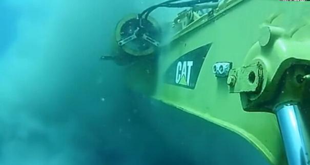 太逆天了,第一次见卡特彼勒海底作业的挖掘机