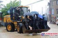 """台风来袭普陀山""""水漫金山""""  绍兴用龙工铲车转移民众"""