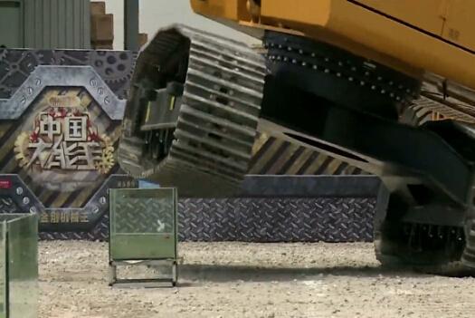 炫技!挖掘机单边履带过障碍带