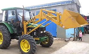 太有才了,这个大哥直接把家里的拖拉机卸了,改装成铲车