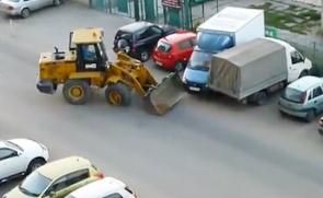 醉驾铲车横扫路边车辆司机遭众人狂殴