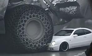 小汽车在大装载机面前太无力了