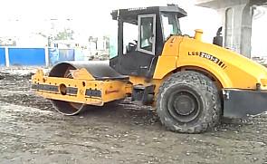 2015年国机洛建压路机施工视频