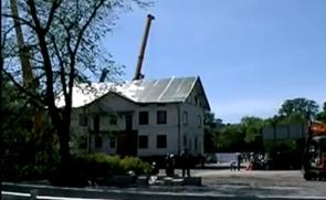 用起重机吊房子,哈哈,这才是真正的搬家!