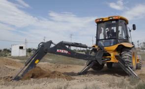 XT870挖掘装载机灵巧施工