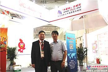 中国工程机械工业协会副会长兼秘书长苏子孟与中国路面机械网总经理合影