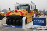 国机重工北京展上发布全球首台最大吨位电驱动轮胎压路机