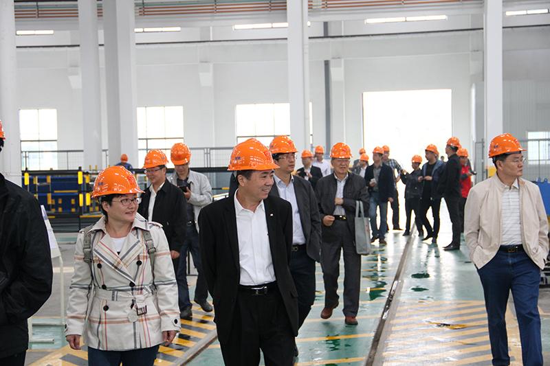 北京加隆工程机械有限公司张超总经理和福建南方路面机械有限公司周炜总监参观无锡雪桃工厂