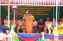 柬埔寨副总理苏庆驾驶徐工平地机