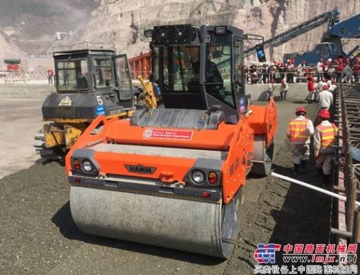 悍马 HD 138 压路机助力云南黄登水电站建设