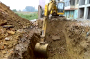小松挖掘机挖坑