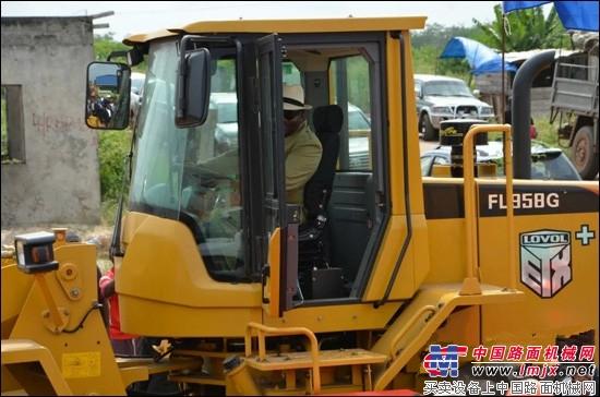 """雷沃装载机助力加蓬公路建设 拖拉机也有""""自动挡""""——雷沃阿波"""