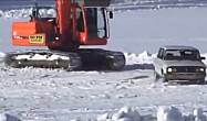 小车千万不要去惹挖掘机,不然这样的下场你能接受吗?