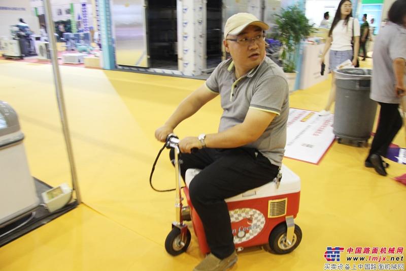 骑着保温小车来送货