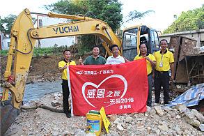 玉林陆川水花桥公路建设项目:嘉力机电服务人员和用户刘福才(中)合影