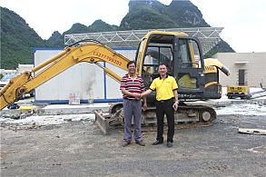 嘉力机电服务人员和用户刘木业(左)合影