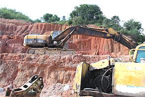 玉林陆川采石场:正在现场的玉柴挖掘机