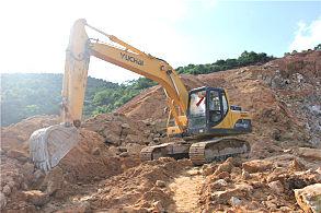 玉林陆川采石场:正在施工的玉柴210挖掘机