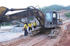 玉林陆川采石场:嘉力机电服务人员正在查看设备