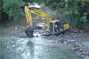 玉林陆川水花桥公路建设项目:正在进行河道清理工作的玉柴挖掘机